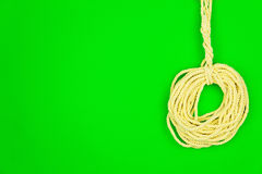tła guzików zbliżenia pojęcia ciemna igielna szwalna nić dwa drewniana kolor żółty sznurek obrazy royalty free