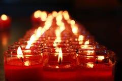 Tła i tekstury: zakończenie strzelał płonące czerwone świeczki w szkle, filiżanka Zdjęcie Stock