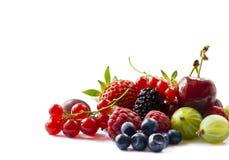 tła jagod owoc odizolowywali biel Dojrzali rodzynki, malinki, wiśnie, truskawki, agresty, morwy i obraz stock