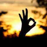 tła jaskrawy ręki ok znaka sylwetki słońce Obrazy Stock