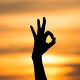 tła jaskrawy ręki ok znaka sylwetki słońce Obrazy Royalty Free