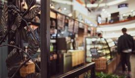 Tła kawiarnia, kontuar i klienci w linii, zdjęcie royalty free