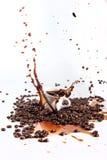 tła kawowy dolewania pluśnięcia biel Obraz Stock