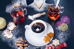 tła kawowy dolewania pluśnięcia biel Filiżanka kawy i herbata z bożych narodzeń ciastkami Zdjęcie Royalty Free