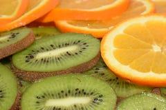 tła kiwi pomarańcze plasterki zdjęcie stock