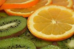 tła kiwi pomarańcze plasterki fotografia stock