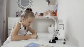 tła książek decyzi dziewczyna odizolowywać lekcje biel piszą writing Decyzja lekcje pracuje z pastylka komputerem osobistym w dom zbiory