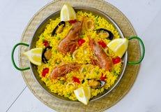 tła kuchni ostrości pomarańcz paella czerwoni ryżowi selekcyjni spanish wine paella fotografia stock