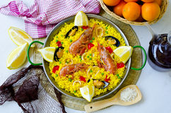 tła kuchni ostrości pomarańcz paella czerwoni ryżowi selekcyjni spanish wine paella zdjęcie royalty free