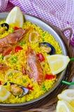 tła kuchni ostrości pomarańcz paella czerwoni ryżowi selekcyjni spanish wine paella obrazy stock