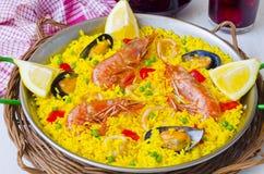tła kuchni ostrości pomarańcz paella czerwoni ryżowi selekcyjni spanish wine Paella i świeży sangria obraz royalty free