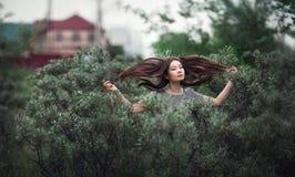 tła latającego dziewczyny włosy odosobniony biel Zdjęcia Stock