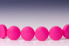 tła lekarstw medycyny apteki ustaleni narzędzia kolejka różowe pigułki Odbicie lek pharmaceutical zdjęcie stock