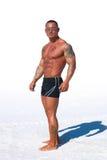 tła mężczyzna mięśniowy piaska biel fotografia stock