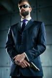 tła niebezpieczeństwa pistoletu mężczyzna nad biel Zdjęcia Royalty Free