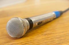 tła odosobnionego mikrofonu pracowniany biel Obrazy Royalty Free