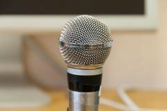 tła odosobnionego mikrofonu pracowniany biel Zdjęcie Royalty Free