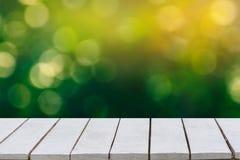 tła ostrości zieleni naturalny selekcyjny Zielony tło bokeh trawy na białej drewnianej podłoga i liść Zdjęcia Stock