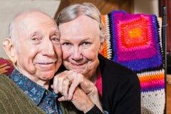 tła pary starszy szczęśliwy odosobniony nadmierny ja target222_0_ biel fotografia stock
