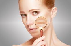 tła piękna pojęcia szarzy procedury skóry skincare kobiety potomstwa Skóra kobieta z magnifier przed i po procedurą Zdjęcia Stock