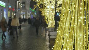 tła pięknej bożych narodzeń zamkniętej dekoraci ostrości selekcyjny up W tle z ostrości ludzie chodzą atmosfera świąteczna zbiory