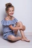 tła piękny mody trochę modela biel Portret śliczna uśmiechnięta dziewczyna pozuje w studiu zdjęcia stock