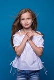 tła piękny mody trochę modela biel Portret śliczna uśmiechnięta dziewczyna pozuje w studiu zdjęcie stock