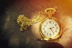 tła pojęcia odosobniony przedmiota czas biel Klasyczny kieszeniowy zegarek w świetle słonecznym z bezpłatnej kopii sp Obraz Royalty Free