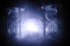 tła pojęcia odosobniony przedmiota czas biel Piaska omijanie przez szklanych żarówek hourglass mierzy przelotnego czas gdy ono li Obraz Stock