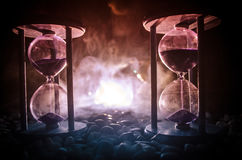 tła pojęcia odosobniony przedmiota czas biel Piaska omijanie przez szklanych żarówek hourglass mierzy przelotnego czas gdy ono li Fotografia Royalty Free