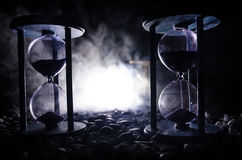 tła pojęcia odosobniony przedmiota czas biel Piaska omijanie przez szklanych żarówek hourglass mierzy przelotnego czas gdy ono li Obrazy Royalty Free