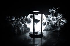 tła pojęcia odosobniony przedmiota czas biel Piaska omijanie przez szklanych żarówek hourglass mierzy przelotnego czas gdy ono li Zdjęcia Stock