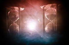 tła pojęcia odosobniony przedmiota czas biel Piaska omijanie przez szklanych żarówek hourglass mierzy przelotnego czas gdy ono li Zdjęcie Royalty Free
