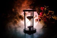 tła pojęcia odosobniony przedmiota czas biel Piaska omijanie przez szklanych żarówek hourglass mierzy przelotnego czas gdy ono li Fotografia Stock
