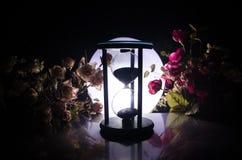 tła pojęcia odosobniony przedmiota czas biel Piaska omijanie przez szklanych żarówek hourglass mierzy przelotnego czas gdy ono li Zdjęcia Royalty Free