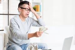 tła rachunków monet pojęcia kryzysu dolarowego obowiązku pieniężna ciężka kluczowa kłódka rozpraszał biel obraz stock