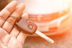 tła samochodowa ręka odizolowywający kluczowy biel Zdjęcie Royalty Free