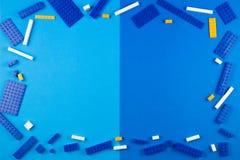 tła szablonu teksta zabawki Błękitni, biali i żółci plastikowi budowa bloki na błękitnym tle, Fotografia Royalty Free