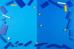 tła szablonu teksta zabawki Plastikowi budowa bloki na błękitnym tle Zdjęcia Stock