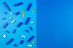 tła szablonu teksta zabawki Plastikowi budowa bloki na błękitnym tle Zdjęcia Royalty Free