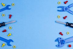 tła szablonu teksta zabawki Zabawek narzędzia na Błękitnym tle Odgórny widok Obraz Stock