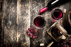 tła szkła czerwone wino Czerwone wino z szkłami z winogronami Zdjęcia Stock