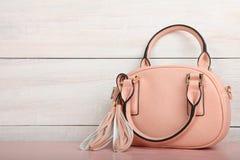 tła torby kobieta odizolowywający różowy biel Fotografia Royalty Free