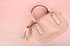 tła torby kobieta odizolowywający różowy biel Fotografia Stock
