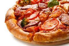 tła włoski kuchenny pepperoni pizzy biel Obraz Royalty Free