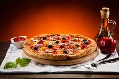 tła włoski kuchenny pepperoni pizzy biel Zdjęcia Stock