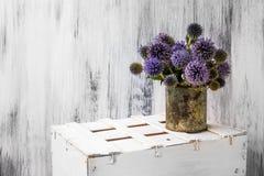 Tła wciąż życia kwiatu słonecznikowy drewniany biały rocznik Zdjęcie Royalty Free