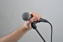 tła zakończenia ręki mienia mikrofon w górę biel Zdjęcie Stock