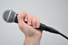 tła zakończenia ręki mienia mikrofon w górę biel Zdjęcia Stock