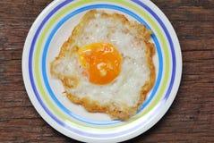 tła zamknięci jajka smażący odizolowywający talerz w górę biel Obraz Royalty Free
